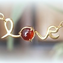 گردنبند طلا با نگین گارنت طرح Love
