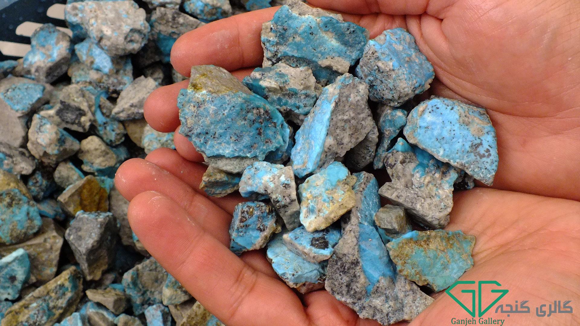 سنگ های راف و تراش نخورده فیروزه کرمان در گالری گنجه