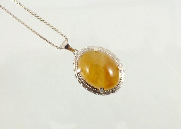 مدال نقره با نگین عقیق عسلی